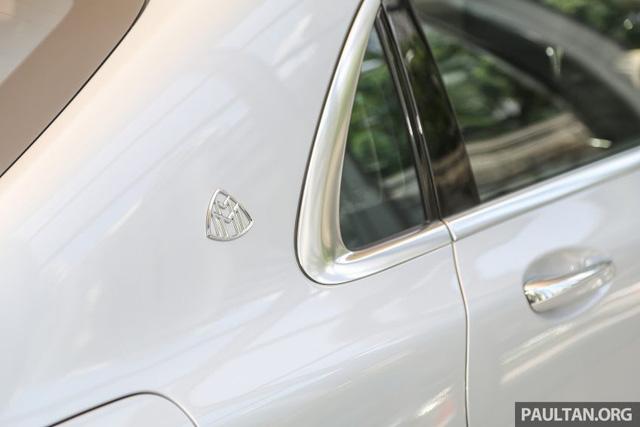 Ngoài ra, Mercedes-Maybach S500 còn có một số điểm khác biệt so với S-Class tiêu chuẩn như cửa sau tái thiết kế, ngắn hơn 66 mm, để đầu của hành khách không nằm song song với trụ xe, tạo cảm giác riêng tư. Bên cạnh đó là cửa sổ thứ hình tam giác khá nhỏ được dịch chuyển về phía sau trụ C.