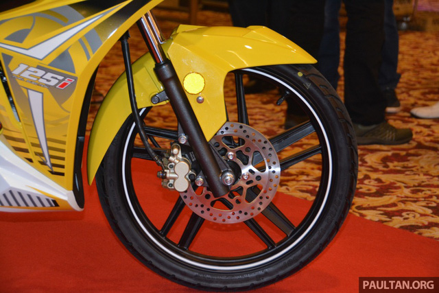 Để mang đến cảm giác êm ái cho người ngồi, SYM Sport Rider 125i được trang bị phuộc ống lồng phía trước và giảm xóc 2 lò xo truyền thống tùy chỉnh theo tải đằng sau.