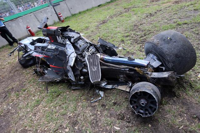 Chiếc McLaren MP4-31 của Alonso bị hư hỏng nặng hơn cả.
