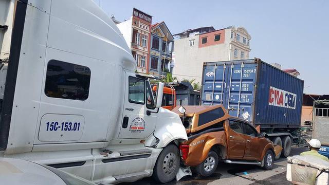 Chiếc Nissan Navara bị hư hỏng nặng trong vụ tai nạn.