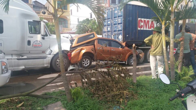 Chiếc Nissan Navara bị kẹp giữa 2 xe container.