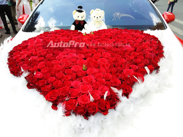 Đầu xe nổi bật với hoa cưới hình trái tim với 99 đóa hoa hồng gắn kết với nhau. Phía trên hoa cưới là cặp gấu bông.
