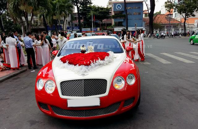 Được biết, siêu xe Bentley Continental GT Speed này thuộc sở hữu của một công ty chuyên cho thuê xe rước dâu. Giá thuê chiếc Bentley Continental GT Speed cho ngày trọng đại của các cặp đôi dao động từ 11 - 13,2 triệu Đồng trong vòng 4 giờ tại khu vực nội thành.