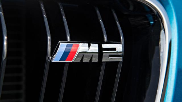 Lý do chọn tên BMW M2: Trong quá khứ, BMW không thể chọn tên M1 cho mẫu M 1-series, người tiền nhiệm của M2, vì nó đã được sử dụng cho dòng siêu xe trang bị động cơ đặt giữa năm 1978. Nhưng câu chuyện hoàn toàn khác với BMW M2 bởi tên gọi này chưa bị trùng lặp theo luật sở hữu trí tuệ.
