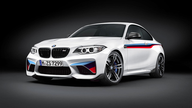 Hàng loạt trang bị tuỳ chọn cho người lái: Điển hình là các sợi carbon dùng cho hàng không, hệ thống treo điện tử, và một bộ chuyển đổi âm thanh của ống xả thông qua Bluetooth và vô lăng dành cho đường đua... Bởi BMW biết rằng người yêu thích M2 cũng là những người ham mê độ xe và biến mẫu xe của mình trở nên độc nhất vô nhị.