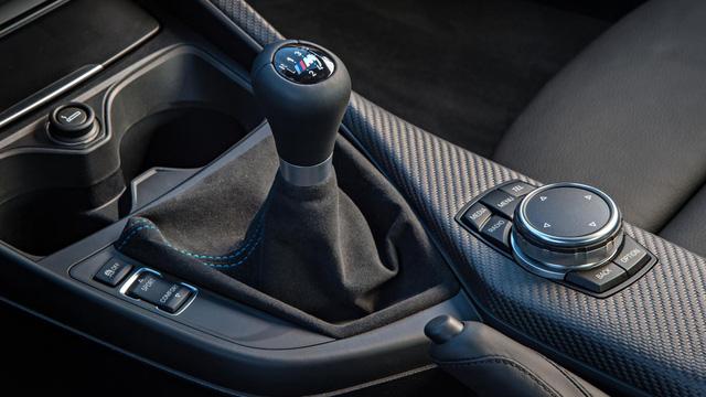 Vì sao vẫn sử dụng hộp số sàn? Hộp số ly hợp kép 7 cấp (SMG theo cách gọi của BMW) thực sự linh hoạt và giúp xe dễ dàng chinh phục những đường đua khó và đạt mốc 100km/h trong thời gian ngắn. Tuy nhiên, để giúp khách hàng có được trải nghiệm thực chất khi muốn chinh phục một mãnh thú thì BMW vẫn có thêm lựa chọn hộp số sàn 6 cấp trên BMW M2.