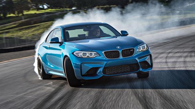 Điều khiển BMW M2 ít khó khăn hơn khi trên đường đua: Tại đường đua Laguna Seca (Mỹ), BMW M2 đã hoàn thành 100 vòng mỗi ngày, không thay đổi lốp xe hoặc phanh. Với các lốp xe tiêu chuẩn, và với hệ thống; phanh tiêu chuẩn của BMW Performance, đây là một điều đáng kinh ngạc, vì hầu hết những chiếc xe sẽ bị hư hỏng trước khi hoàn thành 100 vòng như BMW M2.