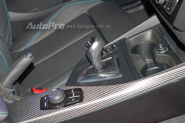 Bên cạnh đó những chất liệu carbon giả ở đường viền bảng táp lô hay xung quanh núm idrive cũng nhấn nhá nét thể thao cho chiếc Coupe đến từ Đức.