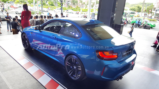 BMW M2 Coupe đầu tiên tại thị trường Việt Nam có ngoại thất màu xanh dương nổi bật và được chào bán chính hãng với mức giá 3 tỷ Đồng.