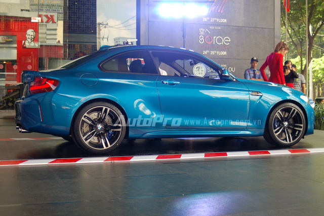 M2 Coupe sử dụng nhiều đường cong nhẹ nhàng kết hợp cùng những nét cắt đơn giản, như bên hông hay đuôi xe giúp phiên bản hiệu suất cao của chiếc BMW 2 Series có thể tiếp cận đối tượng khách hàng trẻ tuổi và các tay lái là nữ nhiều hơn so với những đàn anh trước.