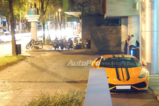 Điểm khác biệt duy nhất là chiếc Lamborghini Huracan tại Sài thành được trang bị cặp ống xả độ Capristo cùng sọc đen chạy từ nắp capô lên trần và kết thúc ở đuôi xe ngay khi được đưa về nước.