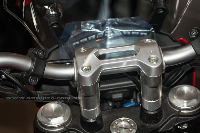Để tạo cảm giác thoải mái cho người điều khiển trên các cung đường trường, Ducati mang đến cho Hyperstrada 939 sự ưu ái với tay lái có thể tùy chỉnh độ cao thêm 20 mm.