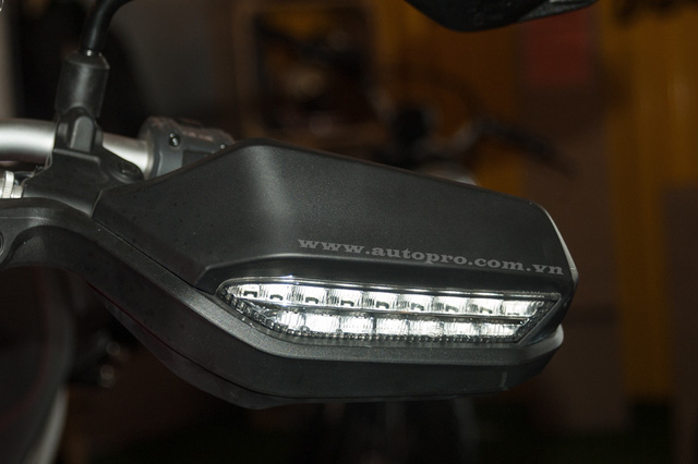 Ốp bảo vệ tay cầm lái tích hợp thêm đèn xi-nhan của Hyper 939 cũng được thiết kế lại ngầu hơn.