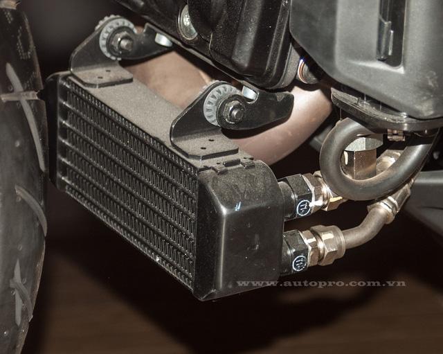 Một khác biệt nữa đến từ bộ đôi Ducati Hyper 939 mới là được trang bị thêm két nhớt, đồ chơi này không có trên những chiếc Hyper 821 cc.