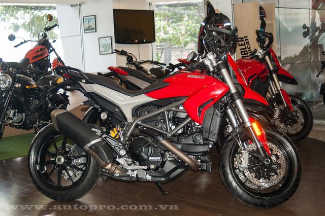 Ducati Hypermotard và Hyperstrada thế hệ mới đều sử dụng vành 17 inch đi kèm là lốp Pirelli Diablo Rosso II với kích thước 120/70 phía trước và 180/55 phía sau.