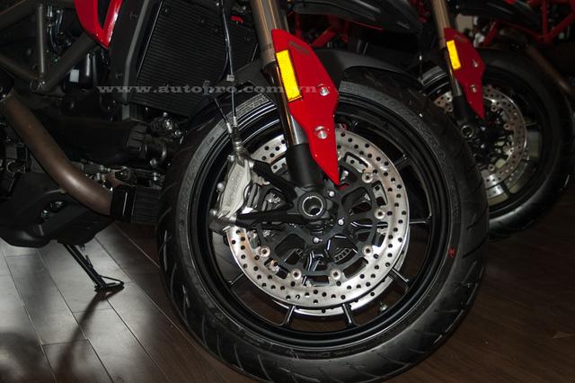 Hệ thống phanh của cả hai phiên bản đều sử dụng phanh đĩa kép có đường kính 320 mm, 4 piston cho bánh trước và phía sau là đĩa đơn 245 mm, 2 piston. Cùm phanh Brembo và tính năng chống bó cứng ABS 3 cấp độ là trang bị tiêu chuẩn. Ngoài ra, trang bị an toàn còn có hệ thống kiểm soát lực kéo 8 cấp độ.