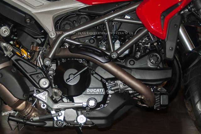 Cụ thể, khối động cơ L-Twin Testastretta với góc nghiêng 11 độ, làm mát bằng dầu, dung tích 939 phân khối của bộ ba mô tô mới nhà Ducati tạo ra công suất tối đa 113 mã lực tại 9.000 vòng/phút và mô-men xoắn cực đại 98 Nm tại 7.500 vòng/phút.