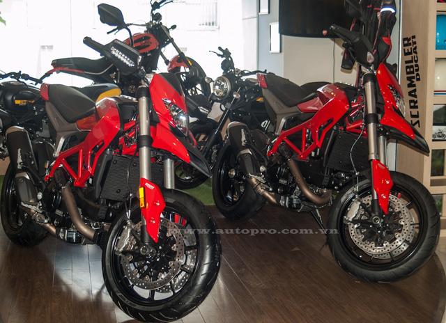 Ducati Hypermotard 939 bên trái và phiên bản 821 cc bên phải.