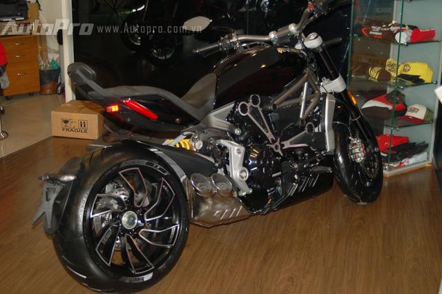 Chiếc Ducati XDiavel đầu tiên cập bến Việt Nam thuộc phiên bản S đầy mạnh mẽ và đã có chủ nhân đập hộp với giá bán được tiết lộ vào khoảng 54.400 USD, tương đương 1,2 tỷ Đồng.