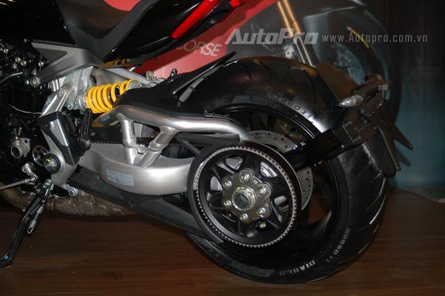 XDiavel là dòng xe đầu tiên của Ducati sử dụng hệ truyền động bằng dây cu-roa thay cho bộ nhông xích thông thường.