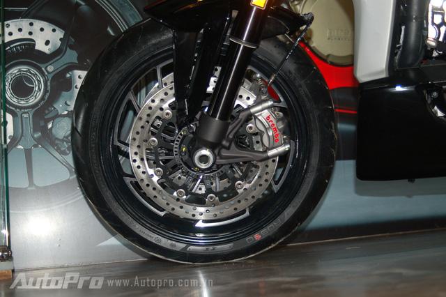 Để kìm hãm khối động cơ Testastretta V-Twin, XDiavel được trang bị đĩa phanh có đường kính 265 mm, đi kèm là cùm phanh Brembo 2 piston, tích hợp hệ thống chống bó cứng phanh ABS.