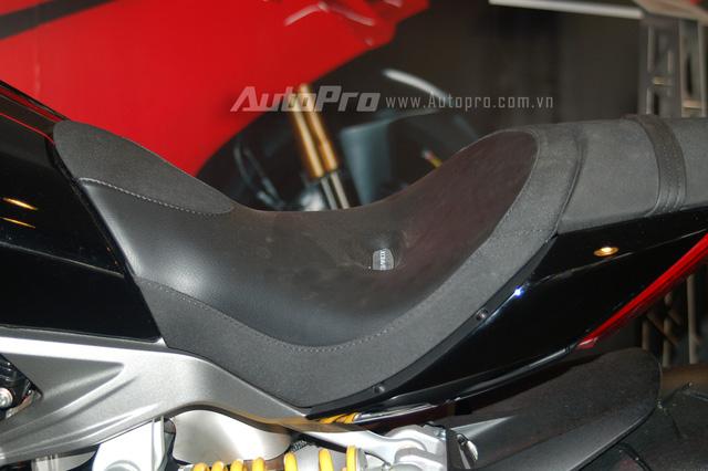 Ngoài ra, những chiếc Ducati XDiavel 2016 còn đi kèm 5 loại yên, bàn đặt chân chỉnh 4 vị trí và 3 loại tay lái khác nhau, mang đến 60 tư thế ngồi cho chiếc cruiser để phù hợp với cơ thể của mọi người lái. Xe sở hữu chiều dài cơ sở 1.615 mm, trọng lượng 247 kg và chiều cao yên 755 mm.