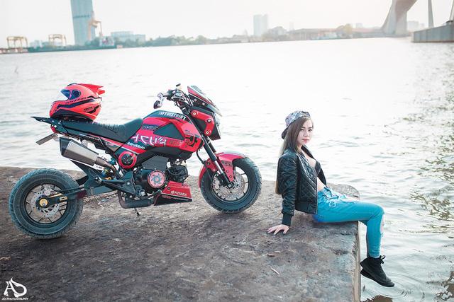 Bộ ảnh về cô gái 9X tạo dáng nóng bỏng trên chiếc Honda MSX 125 đang thu hút khá nhiều sự chú ý của cộng đồng mạng.