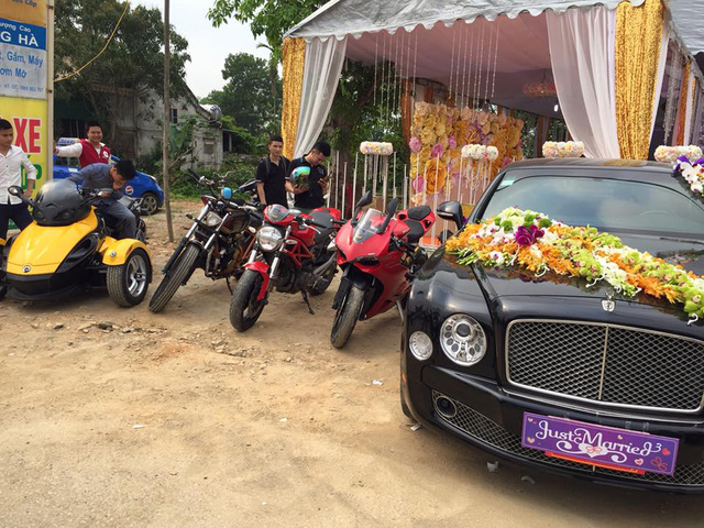 Ngoài ra, còn có sự xuất hiện của chiếc xe siêu sang Bentley Mulsanne làm xe đưa dâu. Tại thị trường Việt Nam, Bentley Mulsanne có giá sau thuế khoảng 16 tỷ Đồng khi ra biển trắng.