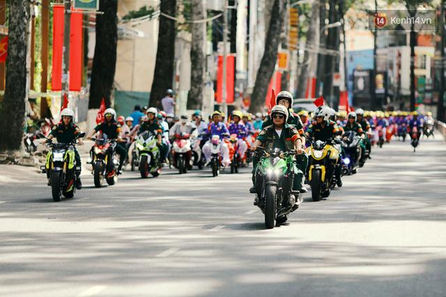 Ngay sau đó, đoàn xe mô tô cùng 100 đôi uyên ương trên xe đạp điện theo lộ trình phố đi bộ Nguyễn Huệ vòng ra Pastuer và dạo qua các tuyến đường như Võ Thị Sáu - 3 tháng 2 -Hoà Bình Đầm Sen -Lũy Bán Bích trước khi về địa điểm tổ chức tiệc cưới.