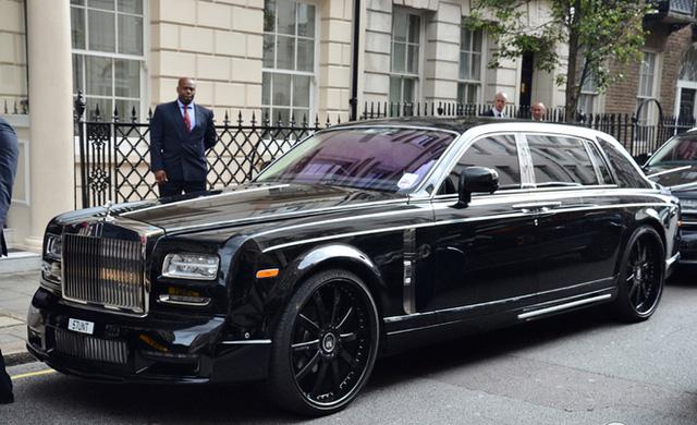 Đảm nhận công tác hộ tổng siêu xe Aventador V hàng thửa là 5 chiếc xe siêu sang và xe sang, trong ảnh là chiếc Rolls-Royce Phantom EWB serie II Mansory Conquistador.