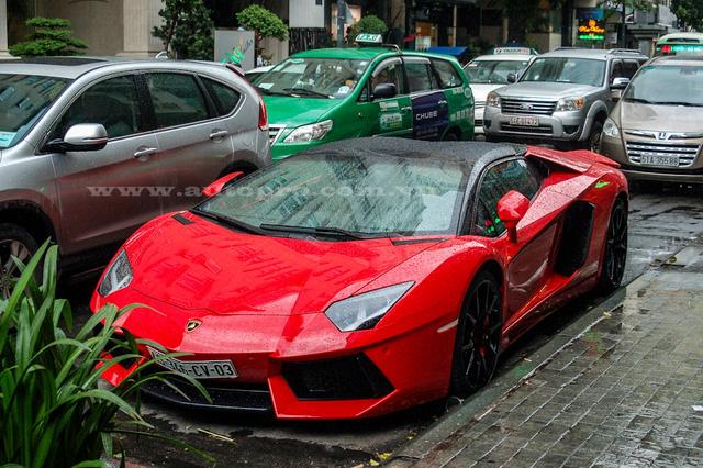Việc bắt gặp một chiếc siêu xe lăn bánh hay đỗ trên các con phố trung tâm tại Sài Gòn đã trở thành việc quá đỗi quen thuộc với nhiều người đi đường mỗi dịp cuối tuần. Tuy nhiên, việc một chiếc siêu xe như Lamborghini Aventador Roadster tắm mưa ngay trên phố thì lại khá hiếm.