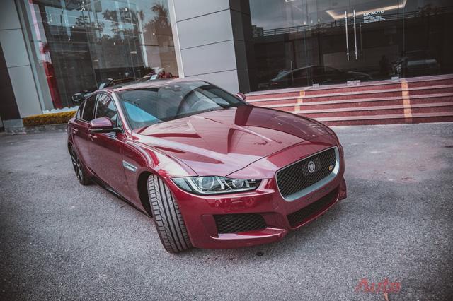 Chiếc Jaguar XE-S chính hãng đầu tiên tại Việt Nam mang màu đỏ đun (Odyssey Red) bắt mắt. Đây là đối thủ trực tiếp của BMW M3, Meredes-AMG C63.