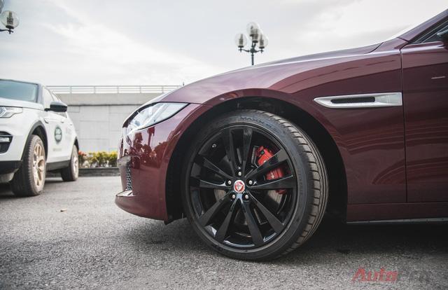 Ngoài ra, phiên bản S được trang bị bộ mâm 19 inch sơn đen bóng với điểm nhấn là kẹp phanh màu đỏ.