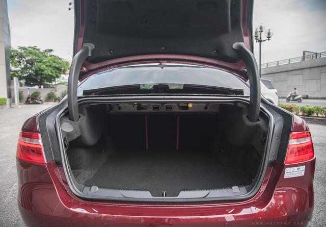 Cốp đựng đồ khá thoải mái trên Jaguar XE-S.
