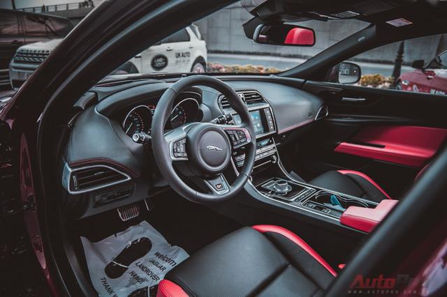 Thiết kế thể thao của xe còn được thể hiện ở không gian nội thất với ghế bọc da màu đen xen kẽ đỏ đối lập.