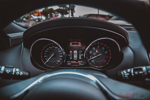 Đồng hồ hiển thị đầy đủ thông số của xe với thiết kế mạnh mẽ và bắt mắt.