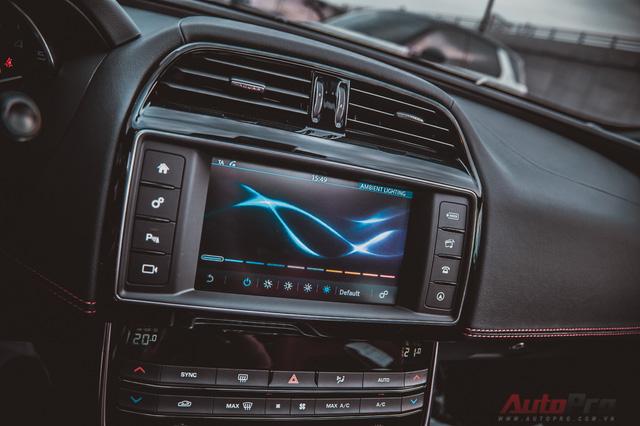 Chính giữa của bảng điều khiển trung tâm là một màn hình giải trí cảm ứng với đầy đủ tính năng như hệ thống định vị, kết nối điện thoại Bluetooth,...; Ngoài ra, người sử dụng có thể chỉnh màu đèn của hệ thống đèn Ambient Light xung quanh xe.