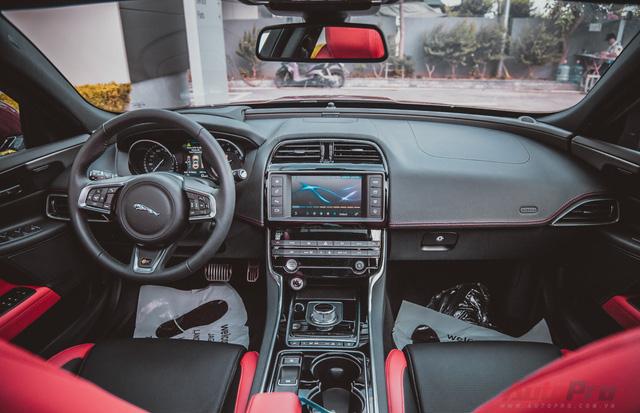 Toàn bộ nội thất xe đều được sử dụng những vật liêu cao cấp và sang trọng như bọc da và mạ chrome.