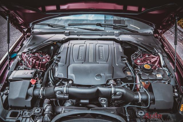 Trái tim của Jaguar XE-S là khối động cơ siêu nạp V6, dung tích 3.0L, tạo ra công suất cực đại 340 mã lực và mô men xoắn cực đại 450Nm. Sức mạnh đó giúp XE-S tăng tốc từ 0 - 100 km/h trong vòng 5 giây và đạt tốc độ tối đa là 250 km/h.