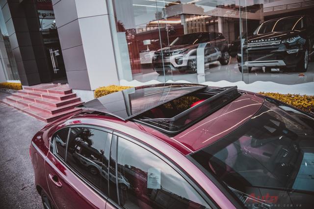 Ngoài ra, xe vẫn đang trang bị những tính năng hiện đại như Head Up Display (HUD), gương tích hợp xi-nhan và điểm mù, cửa sổ trời,...