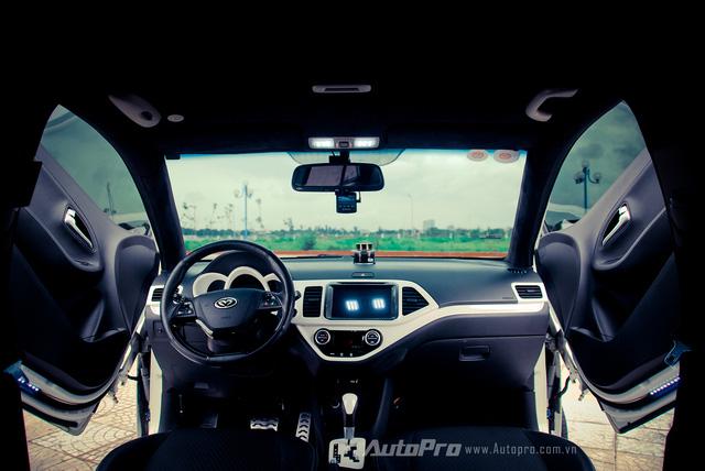 '' Với cửa mở kiểu cắt kéo, không gian nội thất nhìn từ bên trong của chiếc Kia Morning cũng chất hơn. ''
