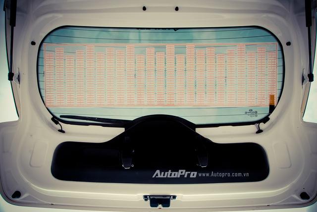 '' Kính sau của xe được độ đèn LED nhảy theo nhạc. ''