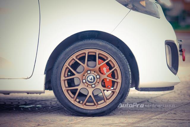 '' Vành xe HRE performance wheels P40 được sơn lại sang màu đồng. ''