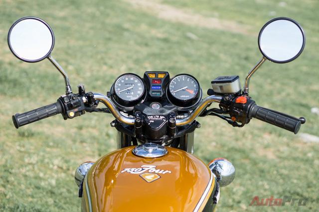 Yêu thích kiểu dáng roadster nên Tú Nguyễn, một người yêu xe máy tại Hà Nội, đã mất rất nhiều công tinh chỉnh lại nhiều đường nét thiết kế trên chiếc Honda CB750 Four đời 1982. Đầu tiên phải kể tới tay lái được thiết kế lại. Anh đã hạ thấp tay lái để phù hợp với dáng ngồi cũng như phong cách cổ điển của xe.