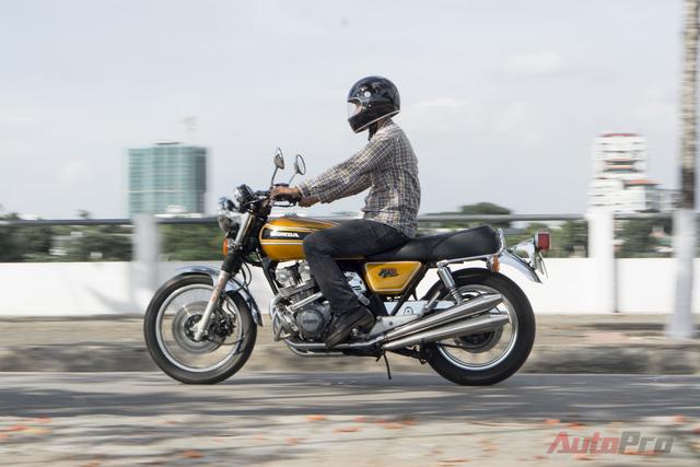 Biker 9x cho biết Honda CB750 Four 1982 đã làm siêu lòng anh vì sở hữu động cơ 4 máy đầu tiên trên thế giới. Đây là cỗ máy trứ danh mà anh đã chờ đợi từ lâu để sở hữu.