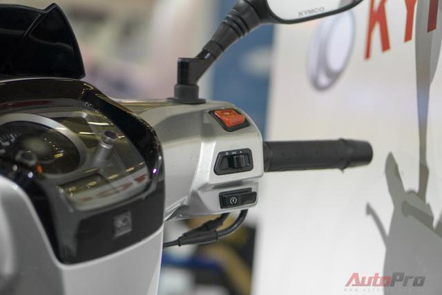 Các nút điều khiển cơ bản được bố trí ở hai tay lái như đề (khởi động), chế độ đèn pha, khóa điện.