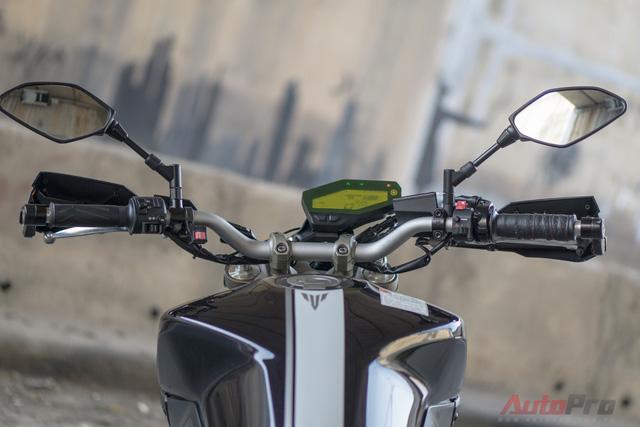 Theo chia sẻ, biker 8X Hà thành rất thích kiểu dáng nguyên bản của Yamaha MT-09 nên đã không can thiệp quá sâu vào thiết kế của xe. Tuy nhiên, anh đã quyết định bổ sung thêm một số chi tiết để chiếc xe trở nên hoàn hảo hơn.