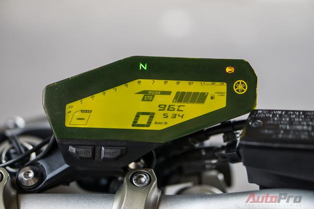 Đồng hồ hiển thị dạng LCD được đặt lệch sang phải với các thông số cơ bản như vận tốc, mô-men xoắn, mức tiêu hao nhiên liệu, quãng đường đi được, chế độ lái,...