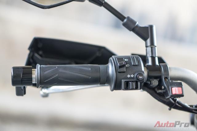 Để tăng cường độ sáng, biker 8X Hà thành đã thêm đèn LED cho xe và độ thêm công tắc ở tay lái bên trái.