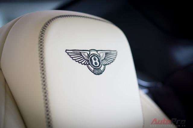 Logo Bentley trên tựa đầu cũng là chi tiết tinh tế khi mất tới 5000 mũi thêu thủ công.